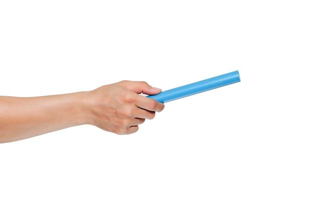 Frammento di un tubo per fognatura di plastica blu in mano dell'idraulico isolato su bianco