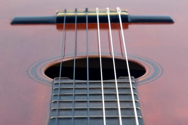 Frammento del primo piano della chitarra classica. strumento musicale