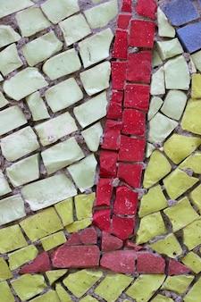 Un frammento di un mosaico smaltato multicolore del periodo sovietico.