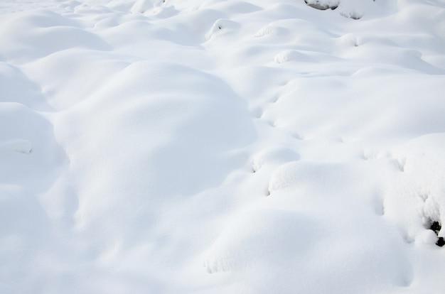 Frammento della strada, coperto da uno spesso strato di neve