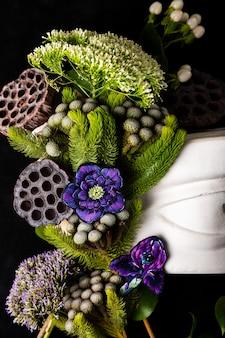 Frammento di una scultura l'occhio di david in un mazzo di fiori