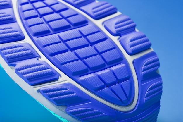 Frammento della suola di un primo piano blu della scarpa da tennis