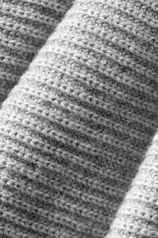 Frammento di un pezzo di stoffa grigia lavorata a maglia rugosa