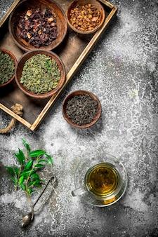 Tè cinese profumato su fondo rustico