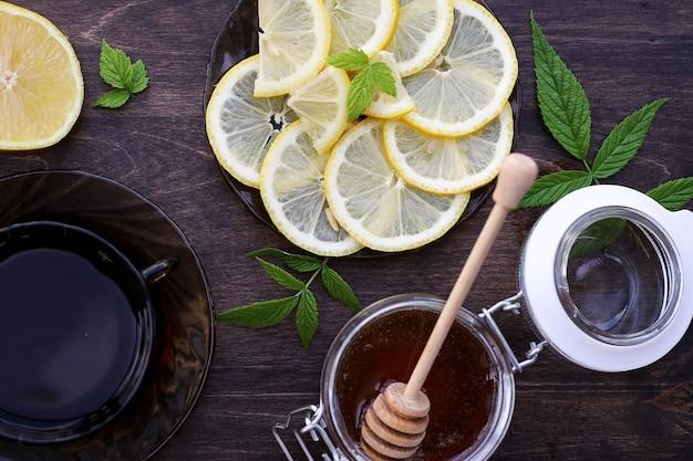 Un fragrante miele fresco con una tazza di tè nero