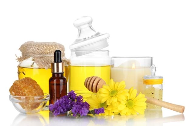 Spa profumata al miele con oli e miele isolati su bianco