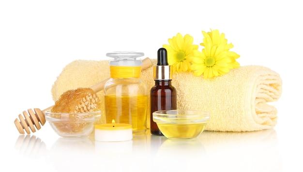 Spa profumata al miele con oli e miele su bianco