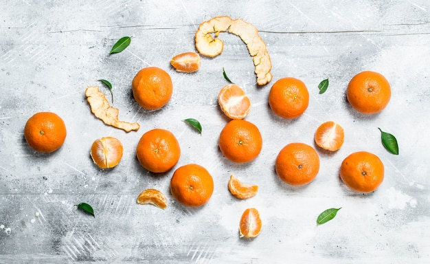 Mandarini succosi profumati. su sfondo bianco rustico