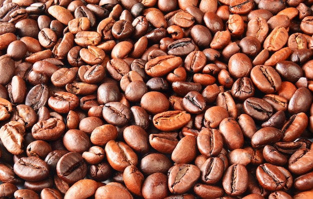 Chicchi di caffè profumati e tostati, vista dall'alto, sfondo di chicchi di caffè