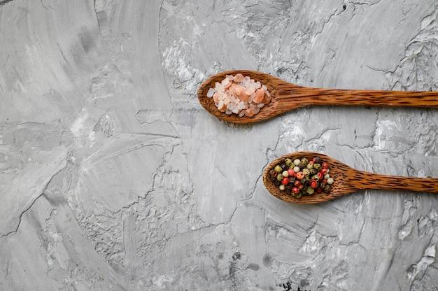 Spezie fragranti in un cucchiaio isolato su sfondo grunge, vista dall'alto. cibo vegetariano biologico, assortimento di generi alimentari, prodotti ecologici naturali, concetto di stile di vita sano