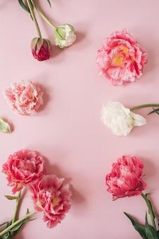 Cornice di bellissimi fiori di peonia tulipano bouquet sul rosa.
