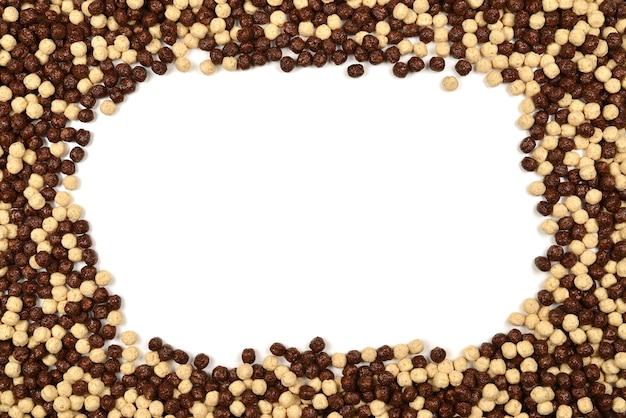 Cornice di fiocchi di mais al cioccolato isolato su bianco