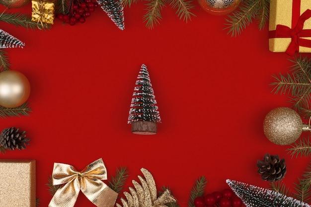 Cornice di decorazioni natalizie su uno sfondo rosso.flatly, copyspace