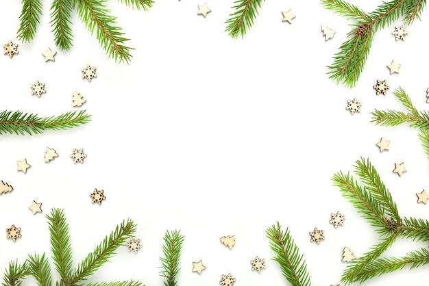 Cornice di alberi di natale e fiocchi di neve in legno e stelle.