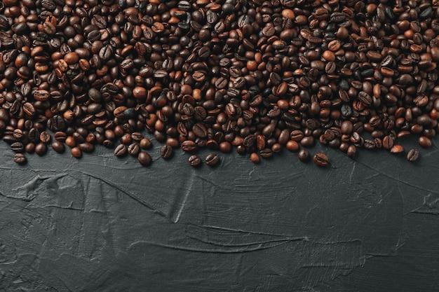 Cornice di chicchi di caffè su sfondo nero, spazio per il testo