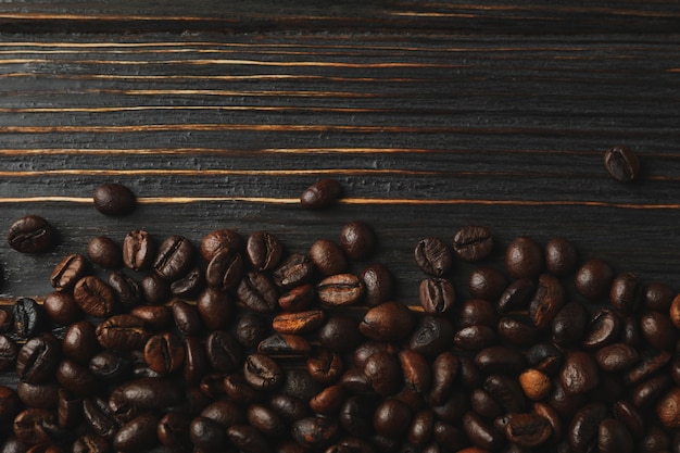 Pagina dei chicchi di caffè su fondo di legno, spazio per testo