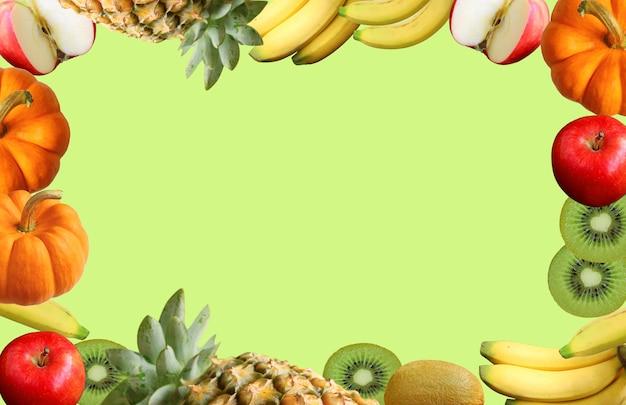 Cornice di frutti maturi freschi assortiti colorati su sfondo verde lime chiaro