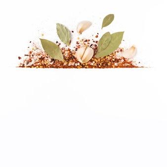 Cornice di pepe di caienna rosso tritato, fiocchi di peperoncino essiccato e semi isolati su un bianco. spezie fatte in casa ingredienti per cucinare. condimenti per cornice alimentare.