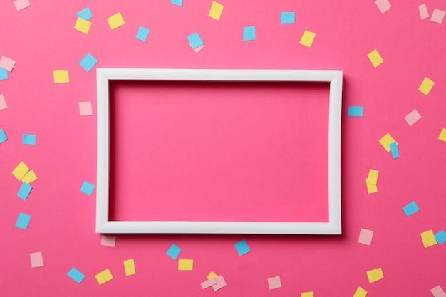 Cornice su sfondo rosa decorato, spazio per il testo