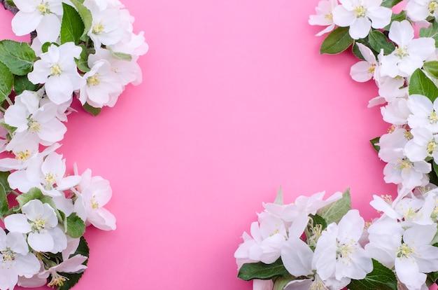 Cornice di fiori su una rosa