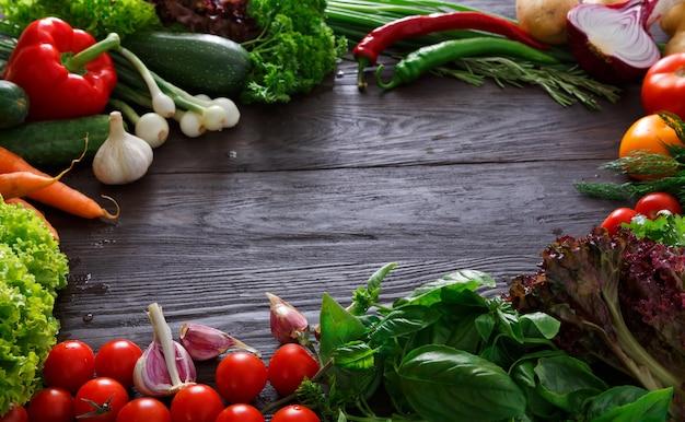 Cornice di verdure fresche su legno con copia spazio