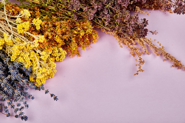 Cornice dal fiore di erbe secche