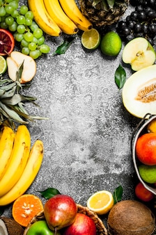 Cornice da frutta fresca su fondo rustico