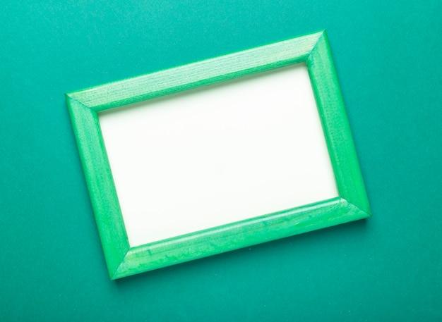 Cornice su sfondo verde eco. mock up con posto per il testo. concetto ecologico. Foto Premium