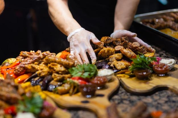 Cornice di bistecca alla griglia, verdure grigliate, patate, insalata, snack diversi e limonata fatta in casa, vista dall'alto. tavolo da pranzo di concetto.