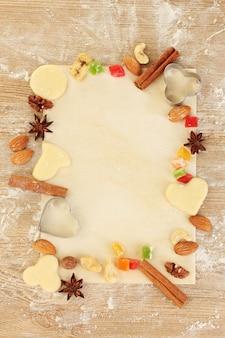Cornice composta da frutta candita, noci, biscotti crudi e stampini per biscotti
