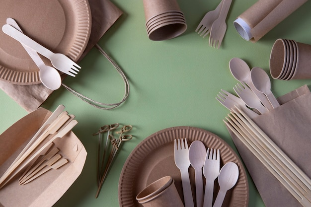 Cornice realizzata con stoviglie usa e getta biodegradabili - piatti di carta artigianale, bicchieri, borse, forchette in legno, cucchiai e spiedini di bambù, bastoncini di sushi, pergamena. rifiuti zero. vista dall'alto