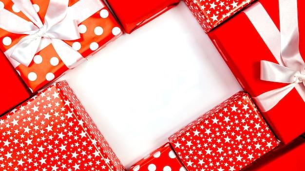 Cornice fatta di scatole regalo su sfondo bianco. concetti del giorno del ringraziamento, concetti di natale, concetti di capodanno, vista dall'alto, copia dello spazio. composizione autunnale.