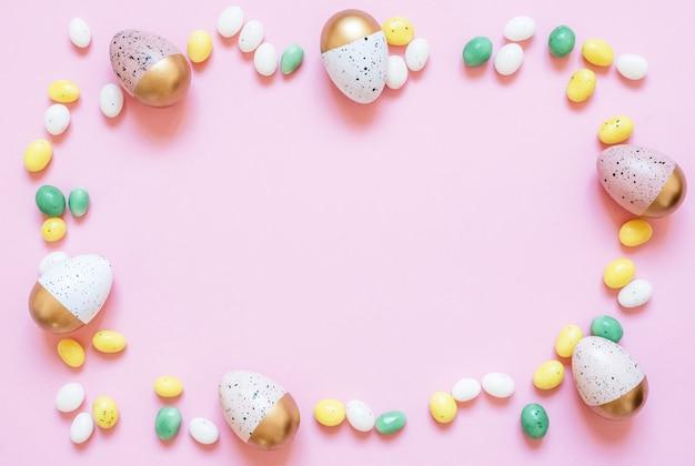 Cornice fatta di uova di pasqua dipinte
