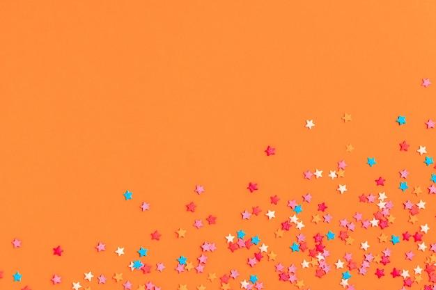 Cornice fatta di dolci coriandoli