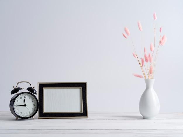 Cornice finta e orologio nero.