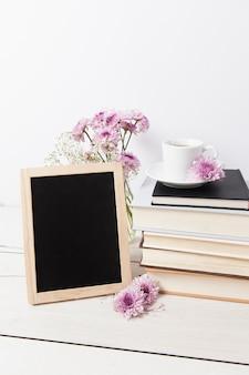 Frame mock-up accanto a libri Foto Premium