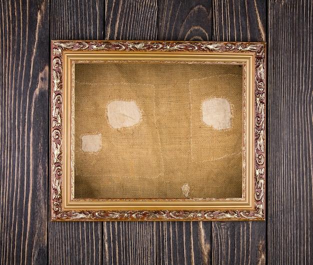 Cornice sul vecchio tavolo in legno