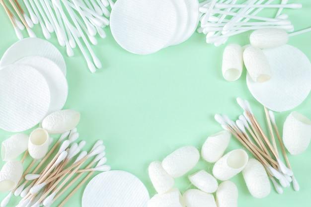 Telaio di solventi cosmetici in cotone biologico e prodotti per la cura della pelle: tamponi, tamponi di cotone, bozzoli di bachi da seta vista dall'alto