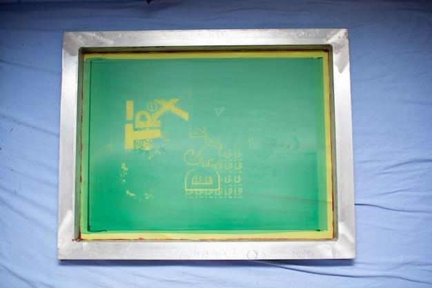 Modello di cornice per il processo di stampa serigrafica serigrafica presso la fabbrica di abbigliamento.