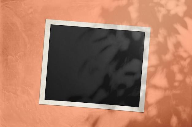 Foto cornice su uno sfondo arancione morbido luce del sole con un'ombra da un albero