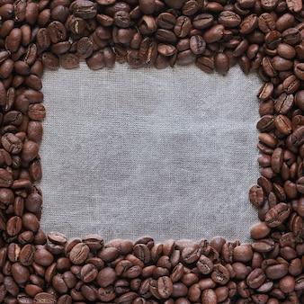 Cornice di chicchi di caffè tostati, copia dello spazio