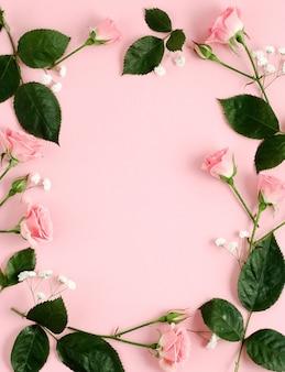 Cornice di rose in sfondo rosa. mockup di carta per la giornata internazionale della donna