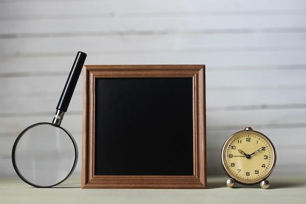 Cornice per libri di testo e orologio