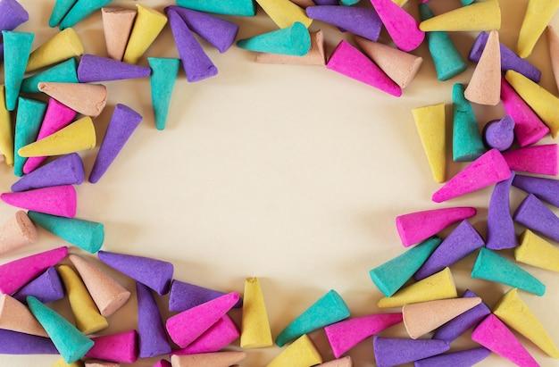 Cornice di vari multicolori coni di incenso tibetano vista aerea, copia dello spazio
