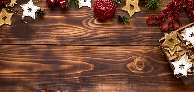 Cornice con decorazioni natalizie su uno sfondo di legno