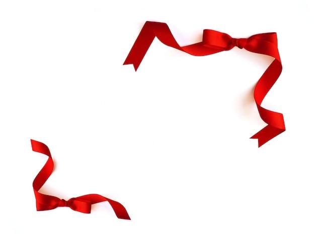 Cornice con nastro rosso su sfondo bianco e spazio per il testo