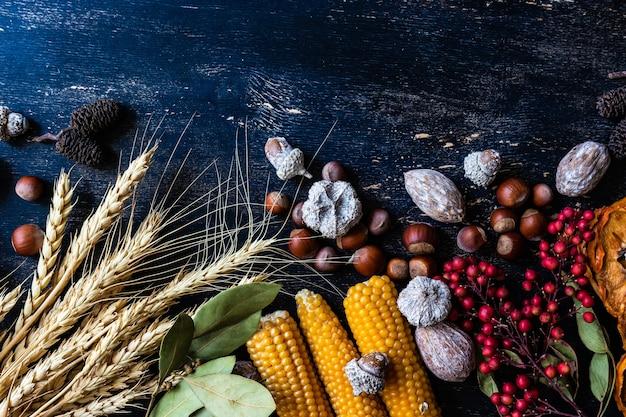 Cornice con verdure, frutta e grano come un raccolto o un concetto del giorno del ringraziamento su una superficie di legno d'epoca