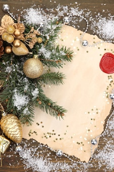 Cornice con carta vintage e decorazioni natalizie sul tavolo di legno