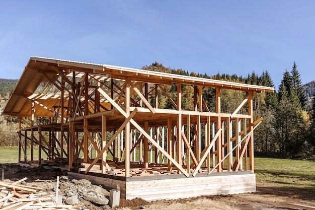 Casa in legno con struttura in costruzione