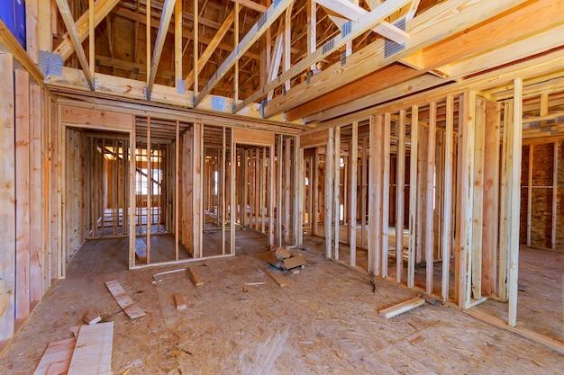 Fascio di inquadratura della nuova casa in costruzione costruzione di travi domestiche